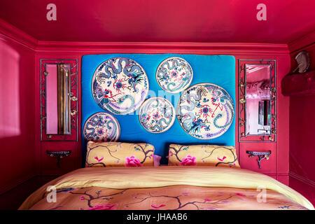 Couvre-lit bleu vif et un oreiller sur équipé lit dans ...