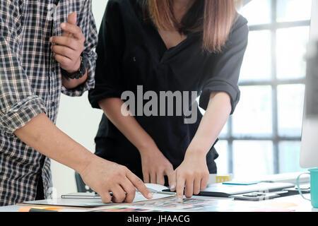 L'équipe de graphiste travaillant sur creative office avec créer des graphiques sur ordinateur. Banque D'Images