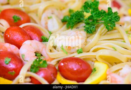Mediterran pâtes italiennes aux gambas et tomates Banque D'Images