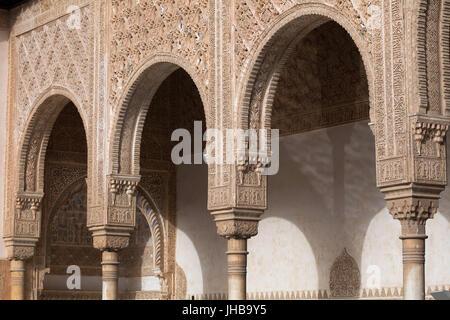 Arabesque dans la Cour des Myrtes (Patio de los Arrayanes), aussi connu sous le patio de l'étang (Patio del Estanque) Banque D'Images