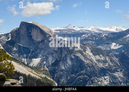 Vue des montagnes à Yosemite y compris Demi Dôme après 16 km de randonnée sur Yosemite Falls sentier menant au sommet de l'Amérique du Dome - Photographie par Paul Toillion