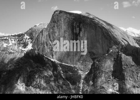 Le noir et blanc sur les montagnes y compris Demi Dôme après 16 km de randonnée sur Yosemite Falls sentier menant au sommet de l'Dome-Photography par Paul Toillion