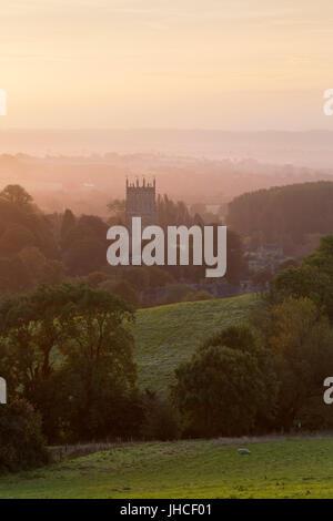 Campagne des Cotswolds et St James Church à l'aube, Chipping Campden, Cotswolds, Gloucestershire, Angleterre, Royaume-Uni, Europe