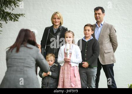 NANDLSTADT, ALLEMAGNE - le 7 mai 2017: Une jeune fille avec une bougie posant avec sa famille à un photographe Banque D'Images