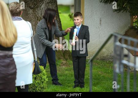 NANDLSTADT, ALLEMAGNE - Mai 7, 2017: un jeune garçon posant avec une bougie à la première communion dans Nandlstadt, Banque D'Images