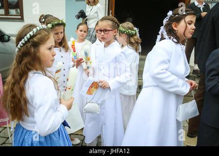 NANDLSTADT, ALLEMAGNE - le 7 mai 2017: un groupe de jeunes filles tenant des bougies et debout devant l'église Banque D'Images