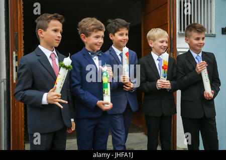 NANDLSTADT, ALLEMAGNE - le 7 mai 2017: un groupe de jeunes garçons tenant des bougies alignées et posant pour des Banque D'Images