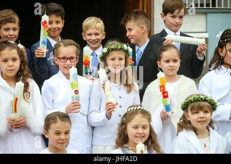 NANDLSTADT, ALLEMAGNE - le 7 mai 2017: un groupe de jeunes filles et garçons tenant des bougies alignées et posant Banque D'Images