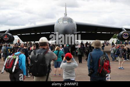 Les gens prennent des photos d'un Boeing B-52H Stratofortress au 2017 Royal International Air Tattoo à Fairford de la RAF dans le Gloucestershire.