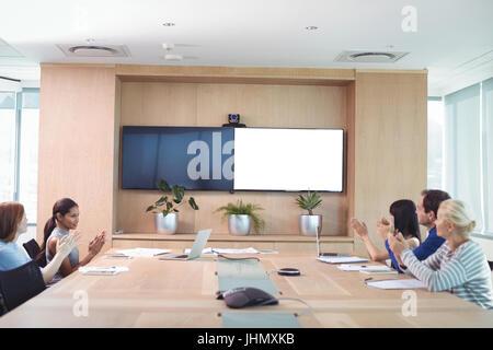 Les gens d'affaires des mains au cours de réunion en salle du conseil d'administration Banque D'Images