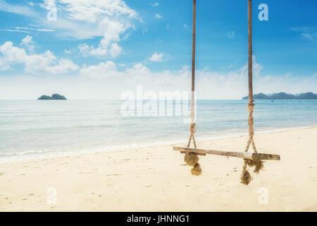 Balançoire en bois accroché sur la plage près de l'arbre à l'île de Phuket, Thaïlande. Vacances d'été Vacances et Banque D'Images