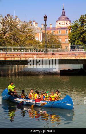 Enfants canoë / kayak sur la rivière Tagus dans le parc du Palais Royal de Aaranjuez dans la province de Madrid Banque D'Images