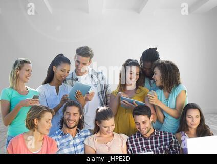 Digital composite de groupe de personnes sur les appareils en face de prix Banque D'Images