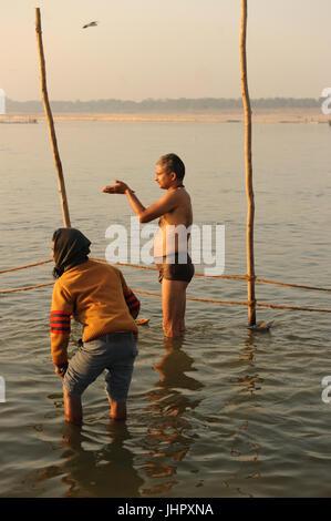 Les dévots hindous se baigner sur les rives du Gange au Le Triveni Sangam en allahabad, Uttar Pradesh, Inde Banque D'Images