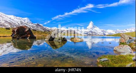 Belle vue panoramique vue d'été du lac Stellisee avec reflet de l'emblématique Monte Cervino (Cervin, Mont Cervin) Banque D'Images