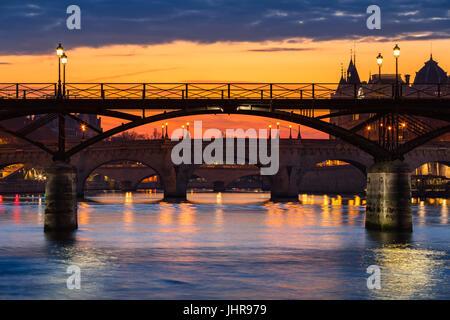 Lever de Soleil sur le Pont des arts, Pont Neuf et des berges de la Seine. 1er arrondissement, Paris, France Banque D'Images