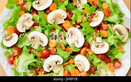 Salade verte fraîche aux champignons Banque D'Images