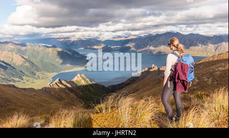 Female hiker à au lac, le lac Hawea et paysage de montagne, Pic isthme, Otago, île du Sud, Nouvelle-Zélande Banque D'Images