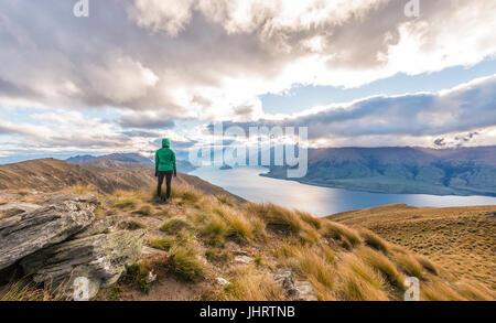 Female hiker woman looking at Lake, Lake Hawea et paysage de montagne, Pic isthme, Otago, île du Sud, Nouvelle-Zélande Banque D'Images