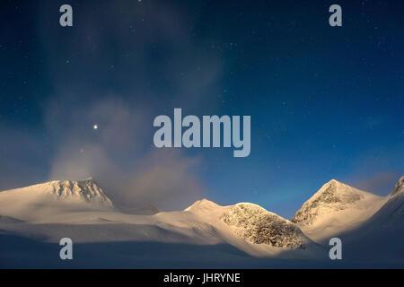 Lunar-allumé en montagne dans la vallée, Kebnekaisefjaell Reaiddavaggi Stuor, Norrbotten, Lapland, Sweden, March Banque D'Images