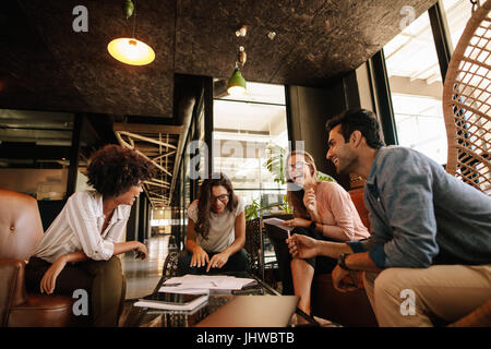 Équipe de professionnels d'avoir une discussion amicale dans une réunion. L'équipe entreprises ethniques multiples Banque D'Images