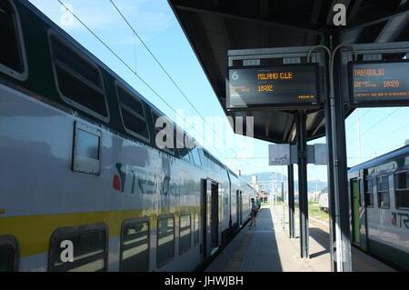 L'Trenord train pour Milan sur la plate-forme de 6 dans la gare de Bergame, Bergame, Lombardie, Italie du nord, Banque D'Images