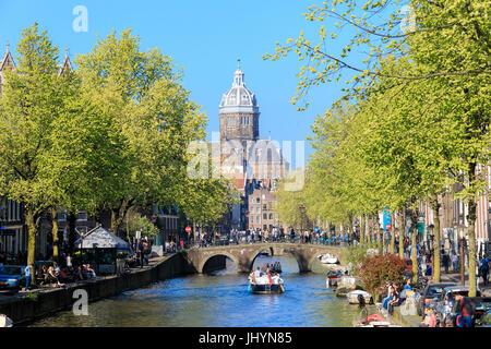 L'ancienne église (Oude Kerk) encadré par des bateaux et des ponts dans un canal de la rivière Amstel, Amsterdam, Hollande (Pays-Bas) Banque D'Images