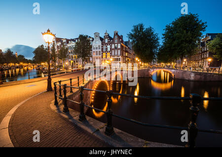L'Amsterdam canal sud sonne à l'intersection de Leidsegracht et Keizersgracht, Amsterdam, Pays-Bas Banque D'Images