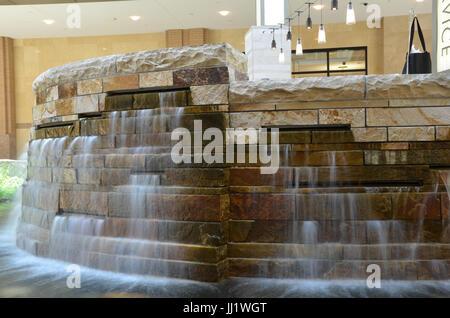 L'eau tombant sur une courbe à l'intérieur de la fontaine Rock City Creek Mall à Salt Lake City Utah Banque D'Images
