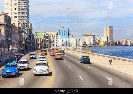 Voitures classiques et le trafic général sur le Malecon front avenue à La Havane, Cuba Banque D'Images