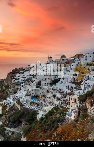 Vue du coucher de soleil, Oia, Santorin, sud de la mer Egée, Grèce Banque D'Images