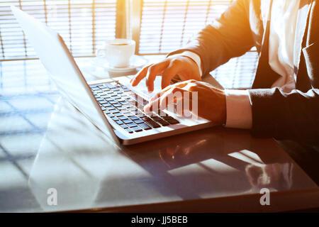 Les voyages d'affaires, travailler sur ordinateur portable, en ligne libre de mains d'homme d'affaires, personne Banque D'Images