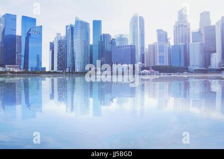Paysage urbain moderne skyline avec reflet dans l'eau, les immeubles de bureaux d'affaires avec fond copyspace Banque D'Images