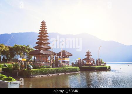 Saint temple pura Ulun Danu bratan sur le lac à Bali, Indonésie Banque D'Images