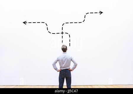 La stratégie de l'entreprise ou de décision concept, pensive businessman choisissant direction Banque D'Images