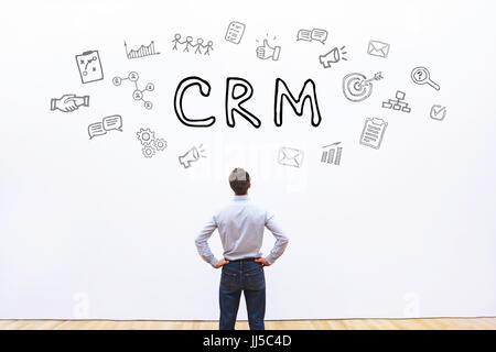 Concept de crm sur fond blanc, la gestion de la relation client