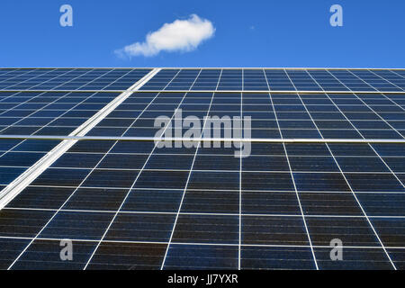 Close up de panneau solaire. Low angle view. Banque D'Images