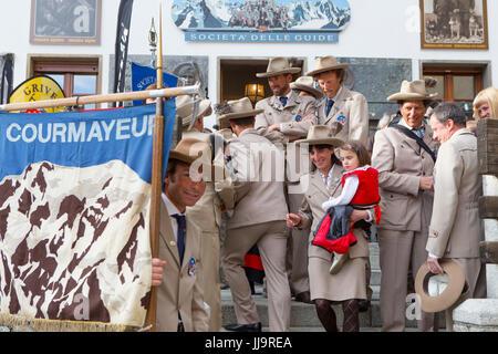 Un groupe de guides de montagne italiennes sont vêtus de vêtements traditionnels du Guide pour un défilé Courmayeur Banque D'Images