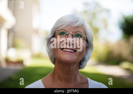 Close-up of smiling senior woman wearing eyeglasses at park Banque D'Images
