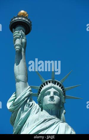 Statue de la liberté vue frontale d'une journée ensoleillée, ciel bleu à New York Banque D'Images