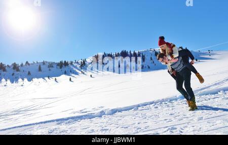 Couple aimant jouer ensemble dans la neige à l'extérieur. Banque D'Images