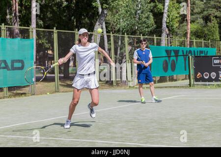 Tennis player hitting ball sur le terrain de tennis, Palanga, Lituanie. Banque D'Images