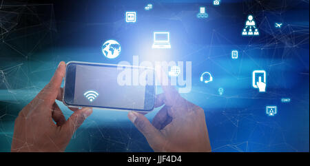 Close up of hand holding mobile phone contre image flou artistique de l'équipement d'éclairage lumineux Banque D'Images