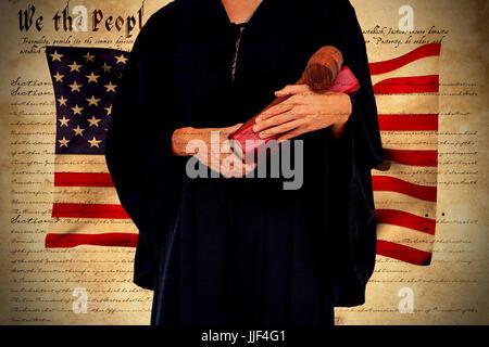 Portrait de femme avocate holding gavel et livre contre déclaration d'indépendance