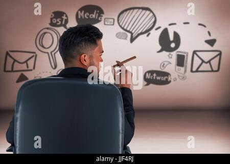 Vue arrière du male executive holding cigar contre salle grise