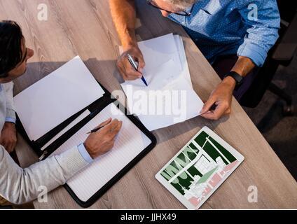 Vue de dessus de bureau avec deux hommes d'un groupe de travail. Tablette sur le bureau avec une nouvelle salle Banque D'Images