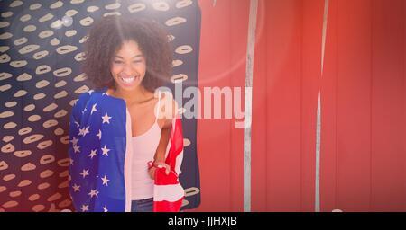 Femme portant un drapeau américain sur les épaules Banque D'Images