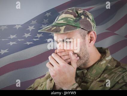 Soldat de se cacher sa bouche avec ses mains en face de drapeau américain Banque D'Images