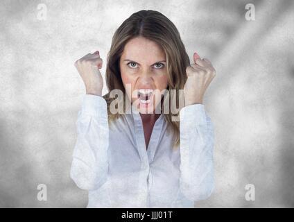 Femme d'affaires en colère contre l'escalier gris floue avec grunge overlay Banque D'Images