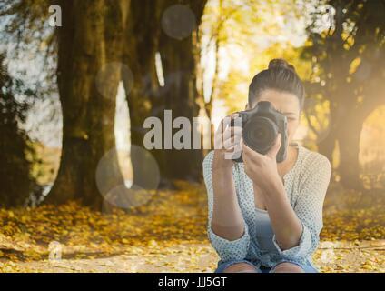 Photographe de prendre une photo dans le parc. Feux et fusées éclairantes Banque D'Images